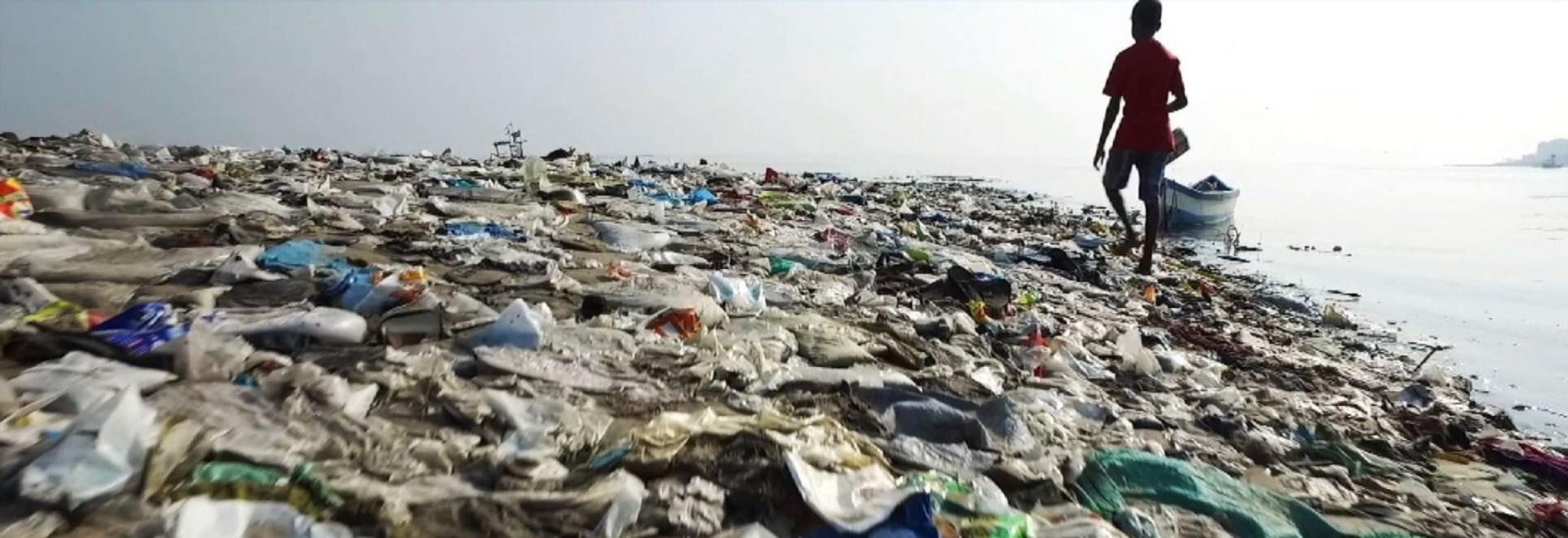 A Plastic Tide (Una marea di plastica)