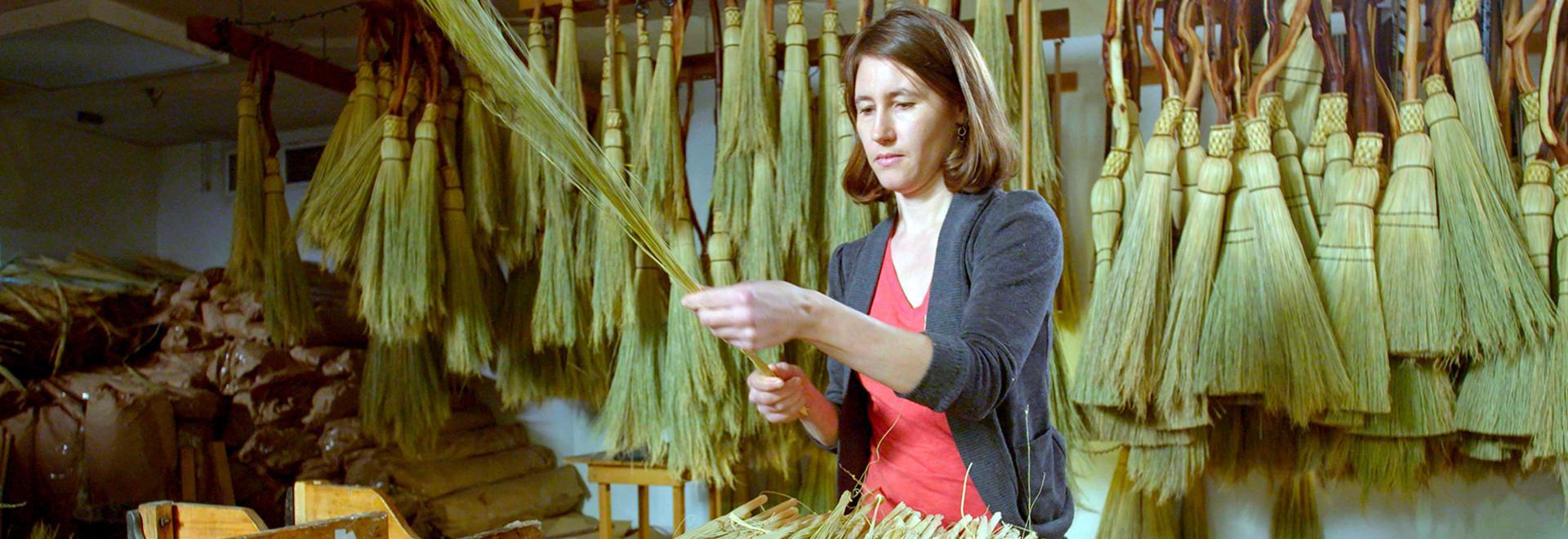 Coltelli Kukri, carta di bambù, scope