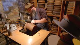 Armature di bronzo, incisioni, cappelli a cilindro