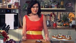 Tartellette al pomodoro con cipolla caramellata, stracciatella e acciughe